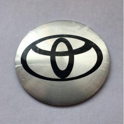 Аксессуары Наклейка на диск Toyota D56 мм алюминий, выпуклый (Черный логотип на серебристом фоне)